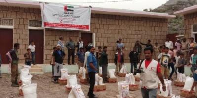 بدعم الهلال الأحمر..وكيل محافظة الضالع يدشن توزيع السلال الغذائية للنازحين في مديرية قعطبة