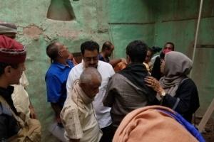 رئيس انتقالي لحج يدشن توزيع لأسر المنازل المتضررة في الحوطة