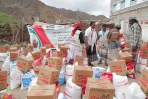 حضرموت :الهلال الإماراتي يوزع 2200 سلة غذائية على اهالي إرياف المكلا وضواحيها