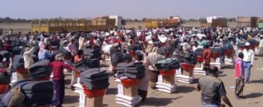 الصليب الأحمر يوزع مواد غذائية وأدوات منزلية في مديرية بيت الفقية