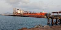 تعرف على حقيقة حمولة الباخرة الإماراتية التي وصلت ميناء سقطرى