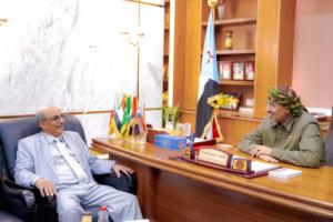 الرئيس الزُبيدي يلتقي بوكيل محافظة المهرة الأستاذ سعيد سعدان
