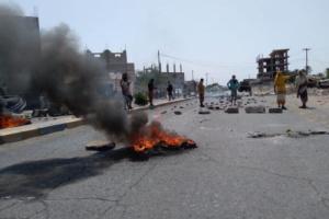 محتجون في لحج «هرمنا من هذه الأوضاع المأساوية فلا حكومة نفعت ولا تحالف نفع»
